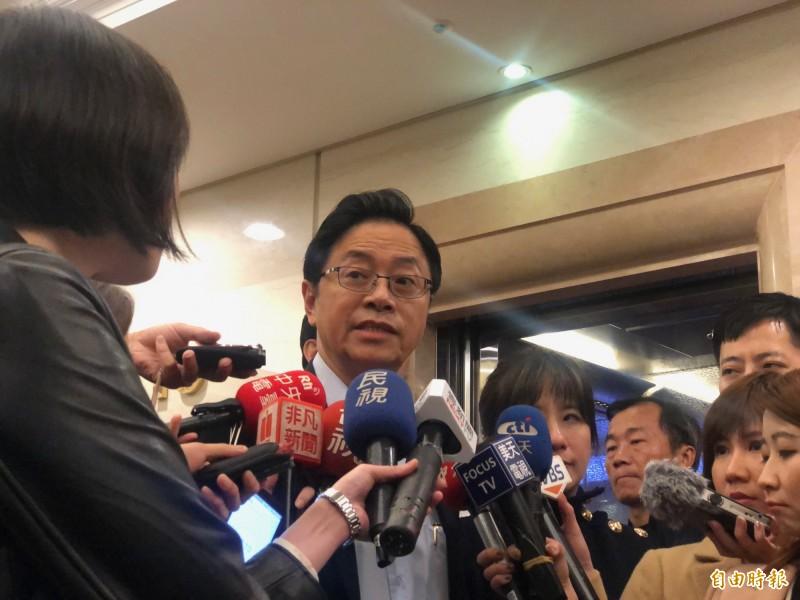國民黨副總統候選人張善政出席台灣青年圓桌會議,會前接受媒體聯訪。(記者陳昀攝)
