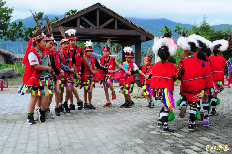 鶴岡國小全校17名學童總動員,比到場關心的貴賓人數還少,學生全部上場在新的文化廣場涼亭前跳傳統歌舞。(記者花孟璟攝)