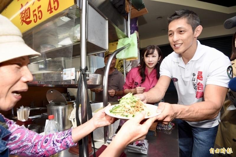民進黨立委候選人吳怡農(右)之前到南京公寓市場拜票,爭取選民支持。(資料照,記者羅沛德攝)