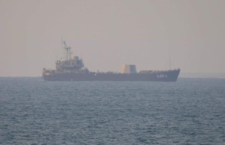 有網友日前在南台灣海域發現,擔任武器實驗艦的海軍高雄號登陸艦(LCC-1),艦上疑似安裝了一座大型的雷達塔,讓網友懷疑可能是自製神盾。(圖擷自《Mobile01》)