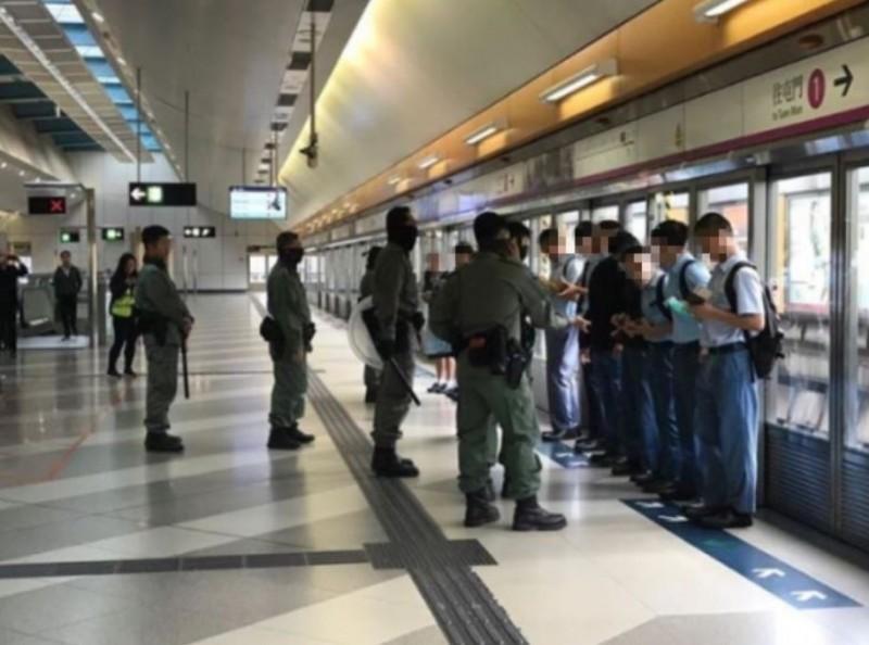 香港復課第一天,港警大肆盤查中學生。(圖擷自香港連登討論區)