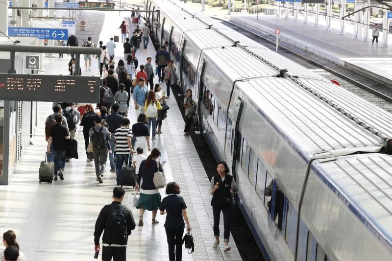 韓國鐵路工人今(20日)上午9時開始展開沒有任何時間線的大罷工,估計約有30%至70%的旅客會受到影響。(歐新社)