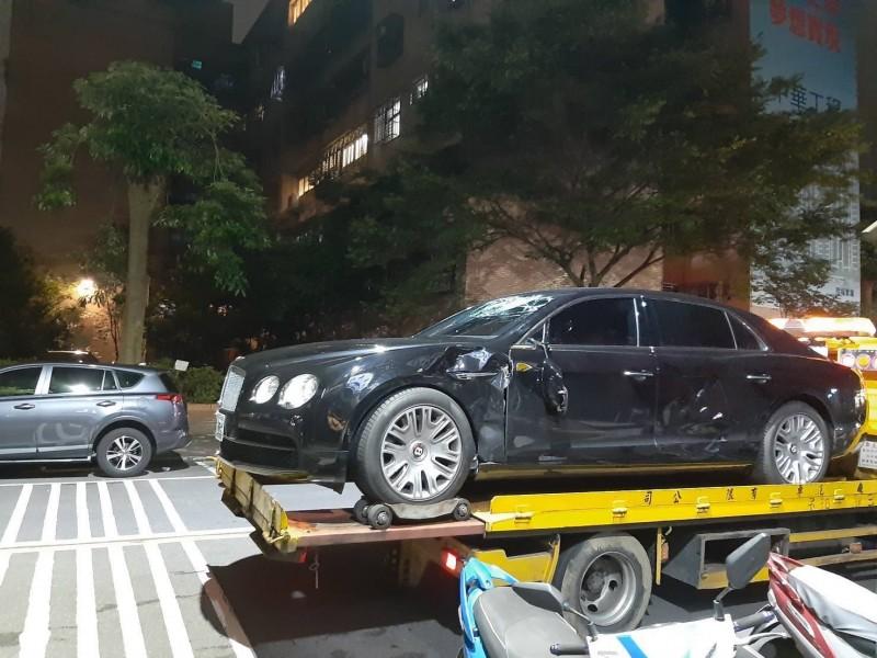 1輛賓利轎車今年5月在台北市民生社區,與foodpanda外送員發生擦撞。(圖取自靠北熊貓)