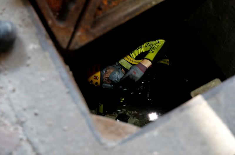 香港理大受困示威者傳從下水道脫困,港警出動蛙人追捕。(路透)