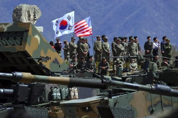 美方欲提高對南韓收取軍事防衛費,使韓國政府、民眾感到不滿。圖為美韓共同軍演。(法新社檔案照)
