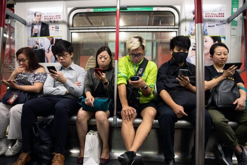 今為香港復課首日,港鐵各站仍出現混亂狀況,使得列車行駛延誤。(彭博)
