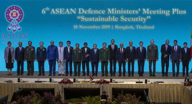 東南亞國協18日舉辦國防部長會議,中國國防部長魏鳳和(左4)與南韓國防部長鄭景鬥(右5)提早在17日舉辦雙邊會談。(美聯社)