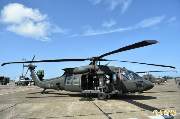 陸軍航特部602旅一名女士官因為外型亮眼,被選為黑鷹直升機(見圖)隊成軍典禮的接待人員,但有週刊報導指出,該名女士官被爆與同單位的已婚中校飛官有不倫戀。黑鷹直升機示意圖,與新聞內容無關。(資料照)