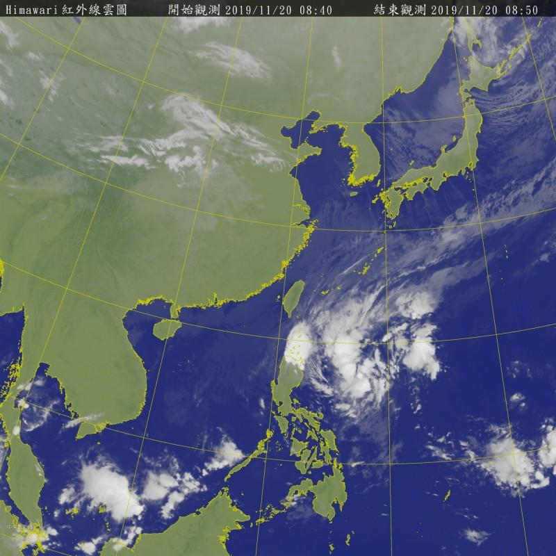 氣象局指出,今日減弱為輕颱的海鷗颱風,今日可能再減弱為熱帶低壓。目前位於菲律賓東方海面的熱帶性低氣壓,今日有機會增強為今年第27號颱風「鳳凰」。(圖擷自氣象局)