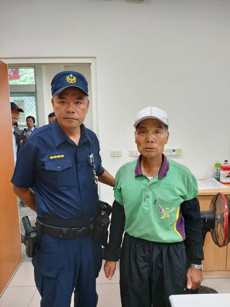 南和派出所所長歐德生(左)與台塑員工宋瑞雄。(記者邱芷柔翻攝)