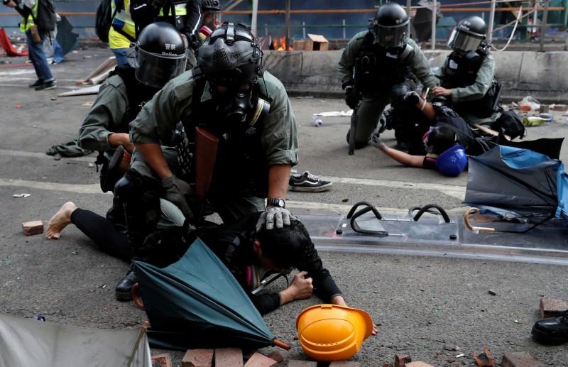 香港記者協會今日就在臉書發文,表示至少有13名記者遭到拘捕,並譴責警方一連串對新聞及採訪自由的種種限制。(路透)