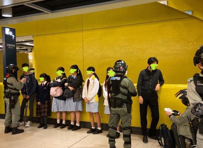 港警要求女學生在地鐵站內排成一排並一一盤查。(圖擷自Kong Tsung-gan / 江松澗推特)