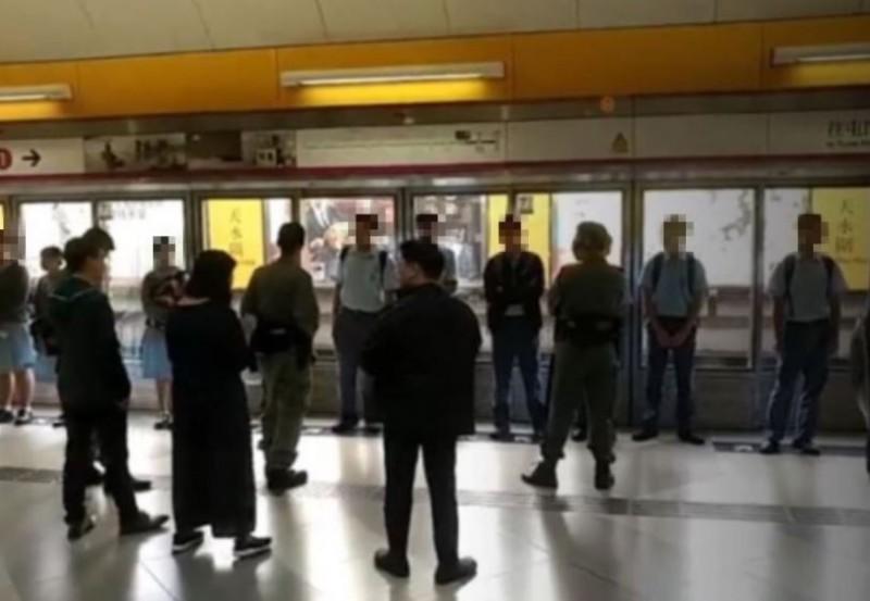 穿著制服的男學生被迫站成一排接受檢查。(圖擷自香港連登討論區)