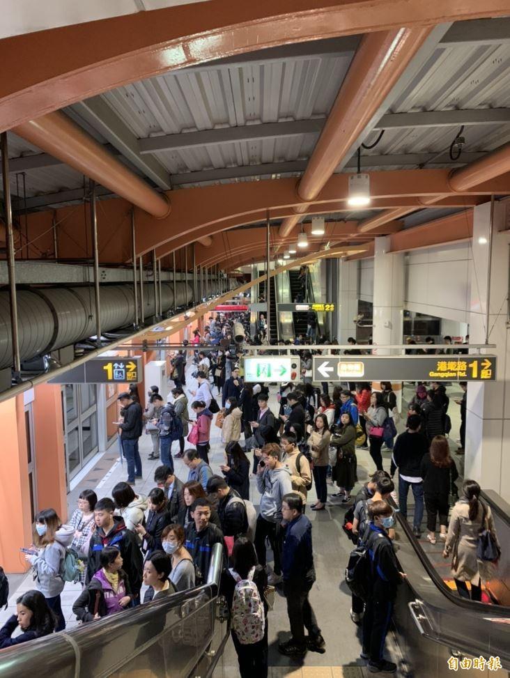 民眾下午5時40分左右表示,列車行進中突然停駛,並且「清車」請乘客下車。(即時新聞攝)