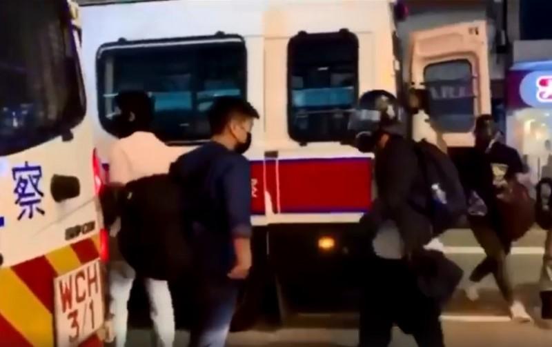 昨日再有民眾錄下港警喬裝成示威者,並從警車走下來的畫面,在網路上引起網友共憤。(圖擷取自臉書)