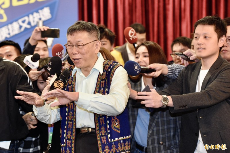 台北市長柯文哲(左)今早受訪批評國民黨、民進黨,又酸社民黨、時代力量,砲火四射,也引起不少反彈。(資料照,記者叢昌瑾攝)