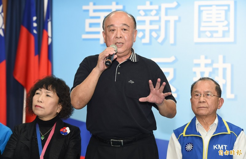 國民黨20日介紹不分區立委名單前16人,其中3人缺席,名列第2、4的葉毓蘭(左)、吳斯懷(中)仍是媒體注目焦點。(記者廖振輝攝)