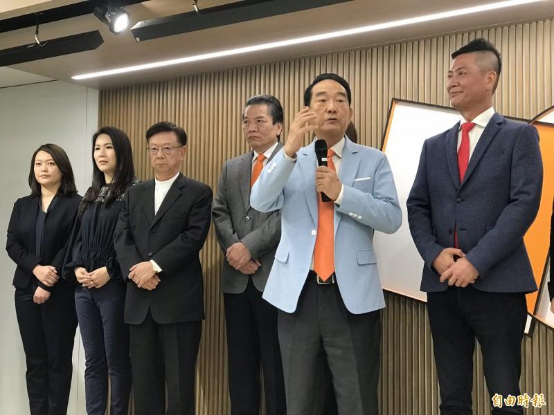 立委陳怡潔(左一)列名親民黨不分區第5名。(記者劉信德攝)
