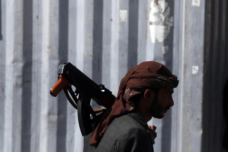 與伊朗結盟的葉門叛軍「胡塞武裝組織」17日在紅海扣留3艘他國船隻,此為該組織成員示意圖,與新聞無關。(歐新社)