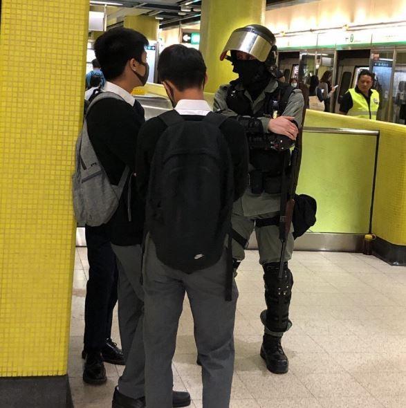2名中學生在軍澳地鐵站被港警攔下。(圖擷自Kong Tsung-gan / 江松澗推特)