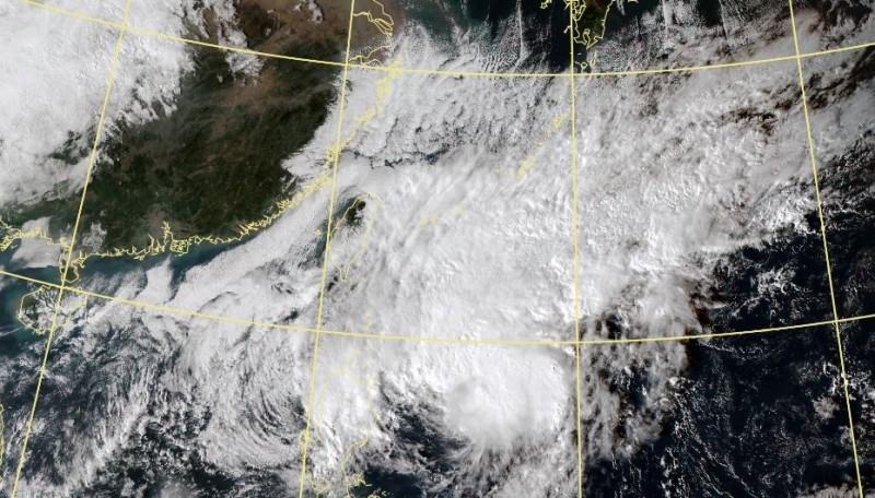 氣象局預測,今年第27號颱風「鳳凰」正朝台灣東南方海面移動。(圖取自中央氣象局)