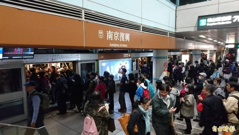民眾反映,台北捷運文湖線突發異常,目前正在緊急搶修處理中。(即時新聞攝)