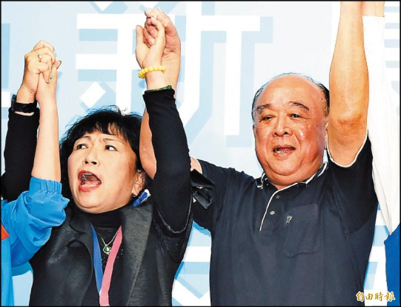 十一月十六日國民黨中委會投票通過不分區名單,吳斯懷(右)、葉毓蘭(左)繼續高掛前茅以來,按照過去多次選舉政黨票比例,毫無疑問,這兩人等於是已被國民黨保送上壘。(記者廖振輝攝)