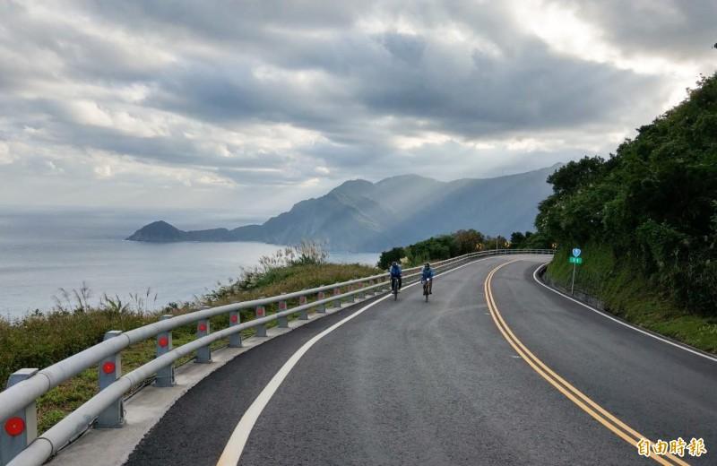 舊蘇花公路轉型為慢活景觀大道,明年將首度舉辦路跑賽事,湛藍太平洋一路相伴跑者,有試跑員形容是「最美賽道」。(記者張議晨攝)