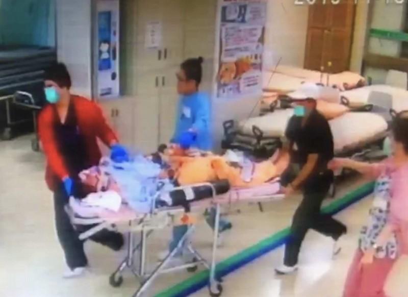 鄧姓男子與消防車發生碰撞,鄧男彈飛昏迷,急救至今仍命危。(記者湯世名翻攝)