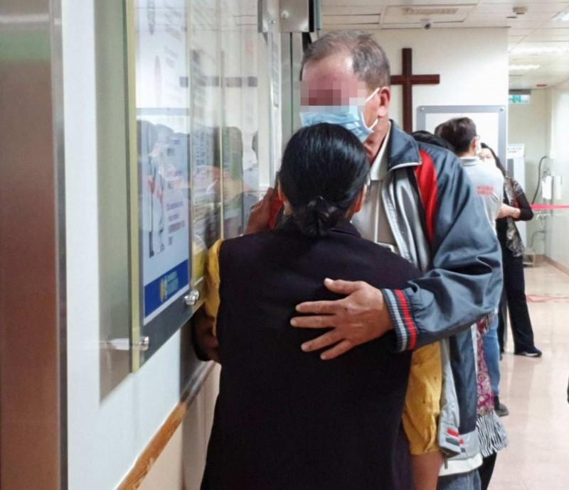 鄧姓男子發生碰撞,鄧男彈飛昏迷,急救至今仍命危,雙親今到醫院探視不禁抱著哭泣。(記者湯世名翻攝)