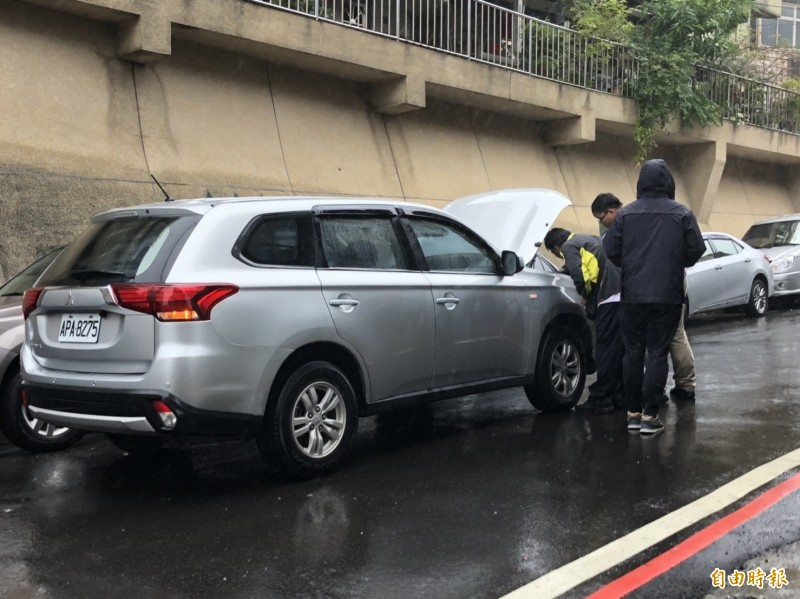 警方追捕的車輛也被陳男的子彈擊中。(記者林嘉東攝)