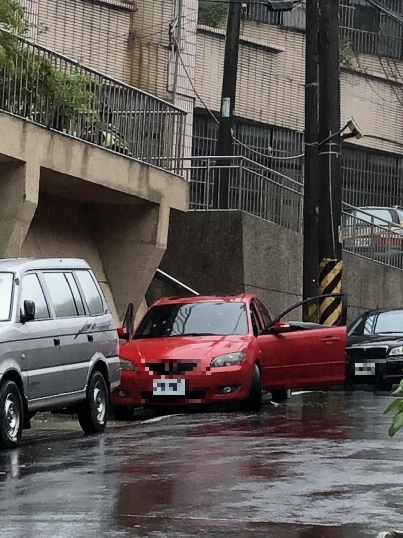 陳男陳屍紅色轎車內。(記者林嘉東攝)