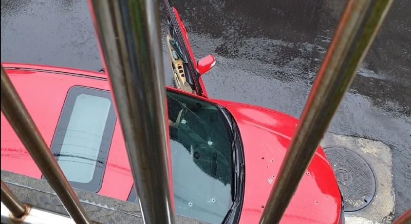 陳男擋風玻璃及引擎蓋上有明顯的數個子彈孔。(記者林嘉東攝)