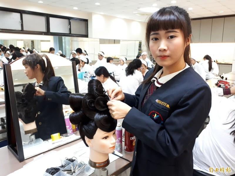 新竹市光復高中學生參加全國中等學校技藝競賽,獲家事類美顏美髮雙組優勝,是竹竹苗唯一獲雙組優勝學校。(記者洪美秀攝)