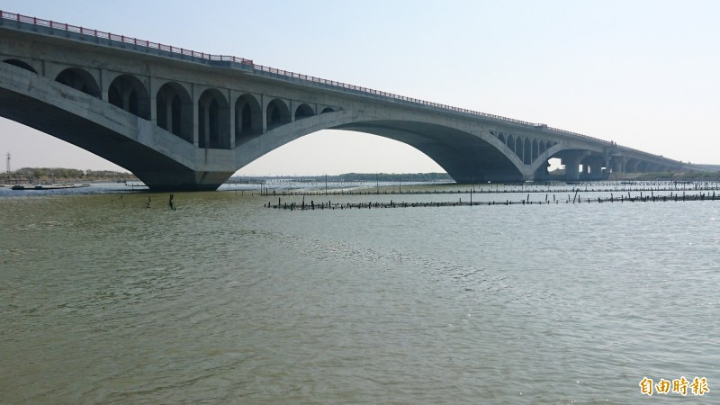 台61線最後一段的七股交流道到十份交流道在2017年11月通車,十份未來再接曾文溪橋到台南市安南區。(記者楊金城攝)