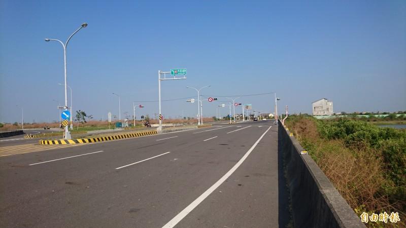 台61線終點在台南七股十份交流道(左),未來銜接曾文溪橋,路線規劃將行經曾文溪口國際級濕地(右側)。(記者楊金城攝)