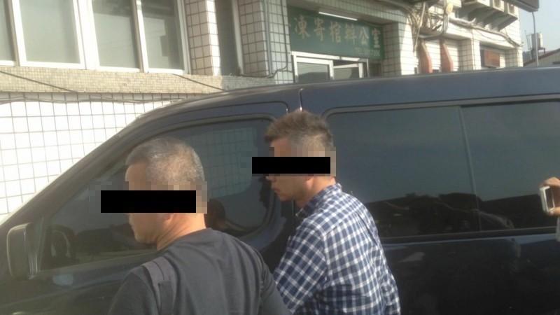 檢警推測,李男(藍格衫)案發時應在睡覺。(記者黃旭磊攝)