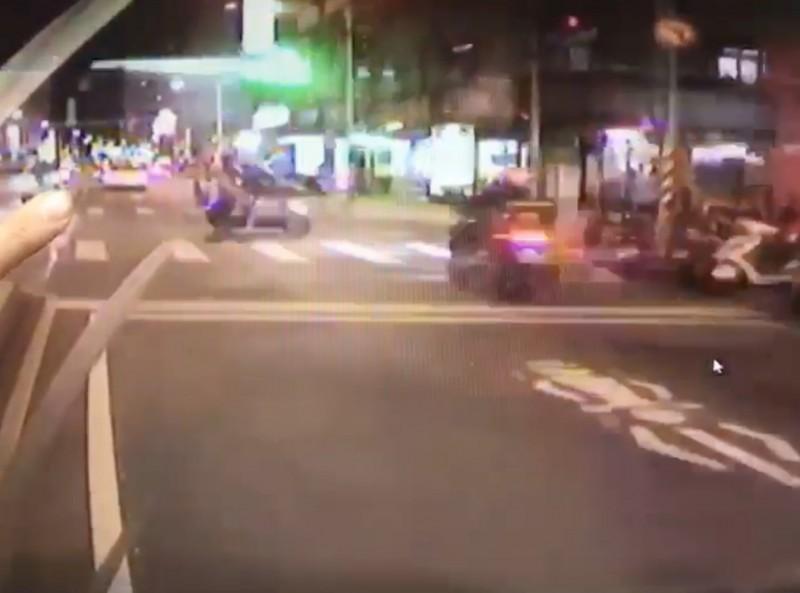 31歲UberEats外送員,昨天晚上行經板橋篤行路上,與對向一輛雙載左轉機車發生碰撞。(記者陳薏云翻攝)