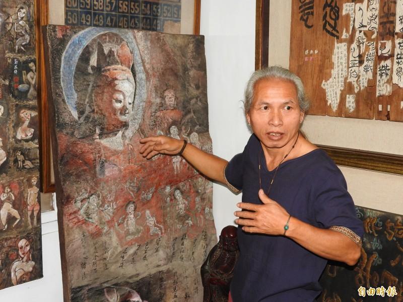 57歲的埔里鎮藝術家勤燕璧,將精湛的佛像文物修復技術融入藝術創作,以複製石壁,畫出古樸滄桑的石窟繪畫。(記者佟振國攝)