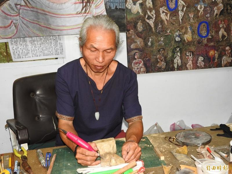 勤燕璧每天仍勤於佛像文物修復工作不輟。(記者佟振國攝)