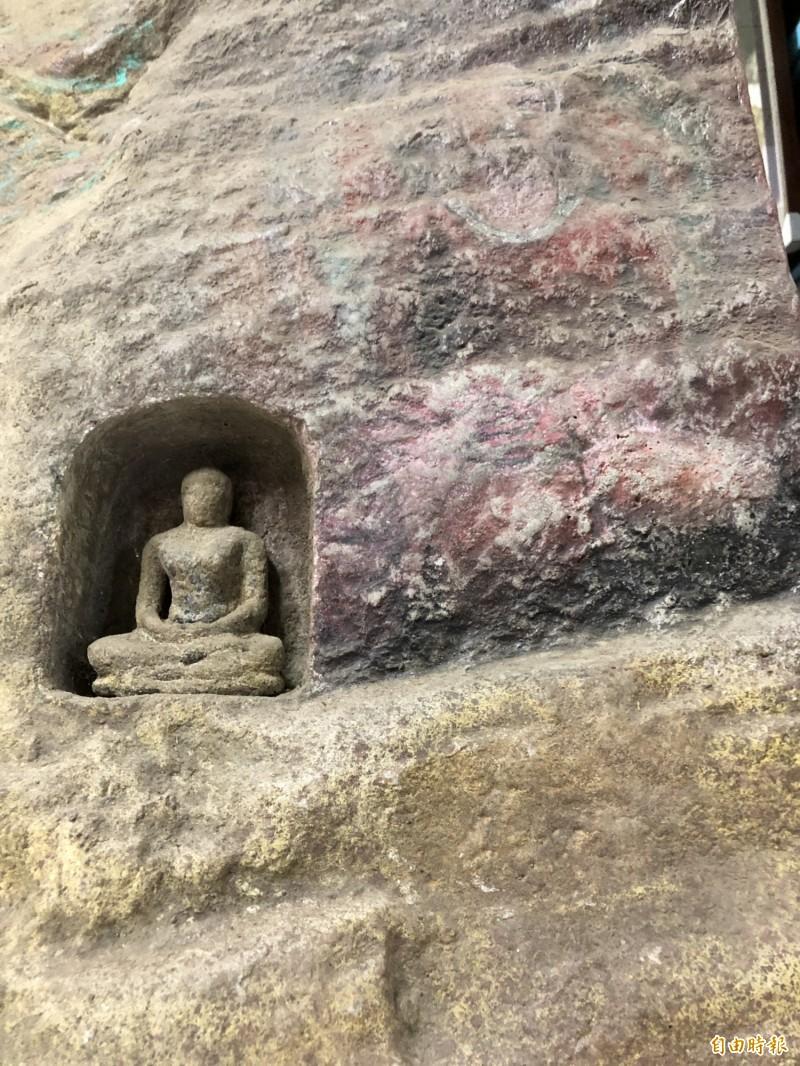 勤燕璧的石壁彩繪、雕刻,營造石窟古樸、歲月滄桑的視覺效果。(記者佟振國攝)