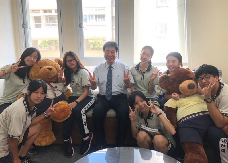 忠明高中校長張永宗喜歡與學生玩在一起,親和力十足。(翻攝自張永宗臉書)