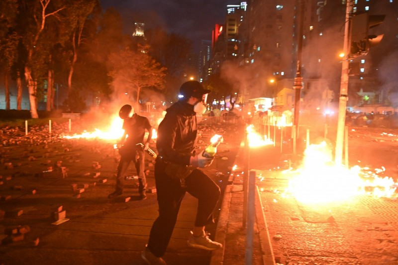 香港街頭如戰場,外媒直指中國領導人習近平大中國夢夢碎。(法新社)