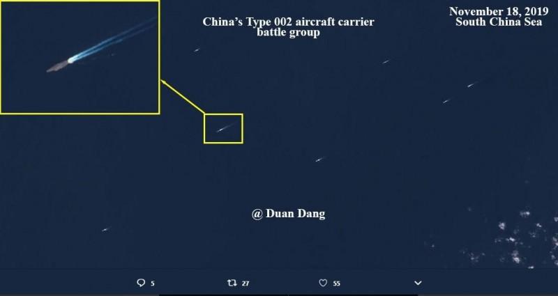 「002」通過台海陣型曝光,其左側有4艘軍艦護衛,右側及後方僅1艘軍艦,此編排可能是防台灣靠近偵察。(圖擷自Duan Dang推特)