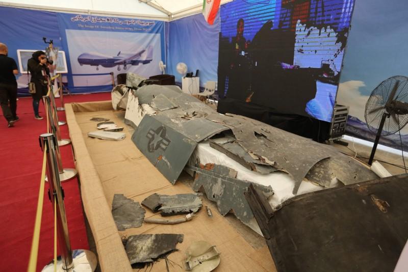 今年6月1架美國海軍版的「全球鷹」無人偵察機MQ-4C Triton在荷莫茲海峽遭伊朗擊落,其殘骸被伊朗軍方公開展示,引發美軍震撼。(法新社)