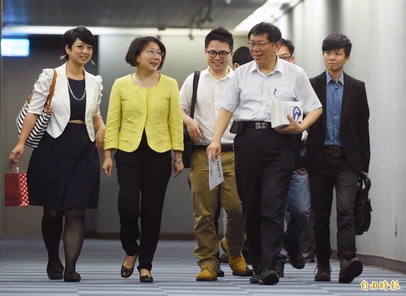 柯文哲(右2)公開指控范雲(左2)被民進黨收買,受到社會輿論批評。(資料照)