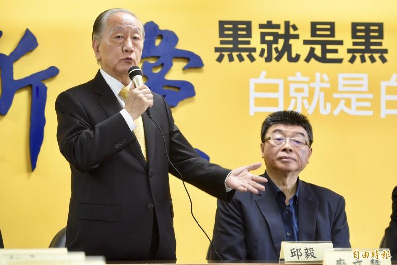 新黨主席郁慕明(左)今召開記者會,宣布不分區立委名單,由前國民黨立委邱毅(右)領銜。(記者羅沛德攝)