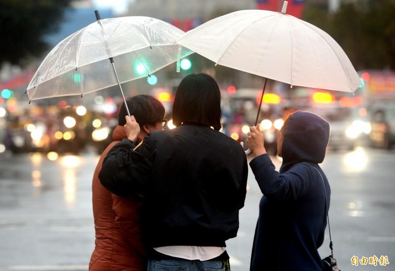 中央氣象局表示,今天(21日)受颱風外圍環流影響,北部、東半部有雨。(資料照)