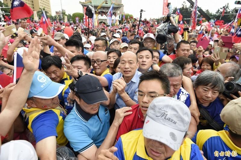 一名國民黨總統參選人韓國瑜的支持者,在今年6月1日準備參與韓國瑜凱道造勢時,對一名攝影記者比中指長達10秒。圖為凱道造勢照,與當事人無關。(資料照)