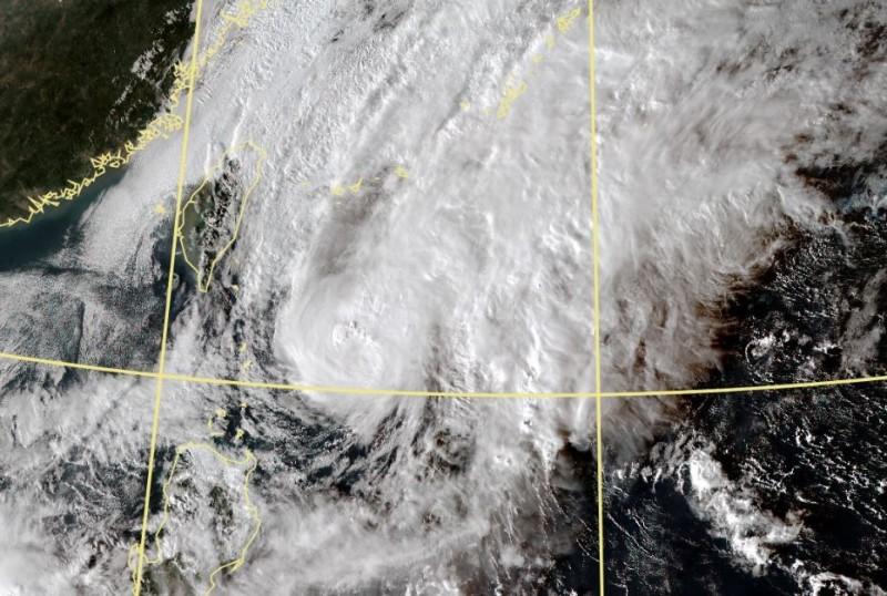 中央氣象局預報指出,鳳凰颱風路徑持續東修,且今晚颱風強度將持續減弱,明將減為熱帶性低氣壓,氣象局估發布海上颱風警報機率已大幅降低。(擷自中央氣象局)